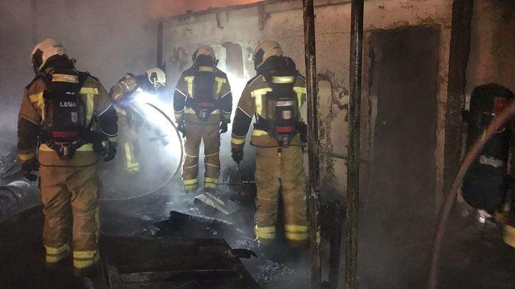 Seis dotaciones de Bomberos se han desplazado hasta el lugar del incendio.