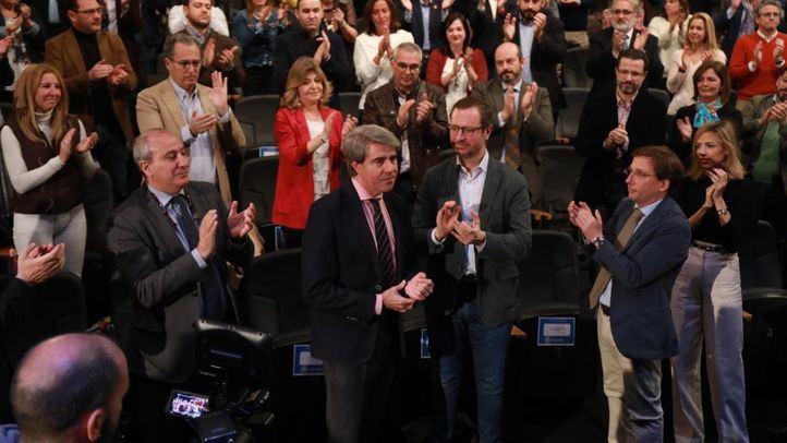 Ángel Garrido es aplaudido por sus compañeros de partido.