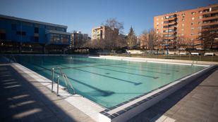 El polideportivo La Mina se moderniza con una renovada piscina exterior
