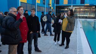 El delegado de Economía y Hacienda, Jorge García Castaño, y la concejala de Carabanchel, Esther Gómez, comprobando las mejoras en el centro.