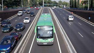 El autobús esquivó la barrera de seguridad que cerraba la circulación del bus-vao de la A-6 en el sentido que pretendía tomar.