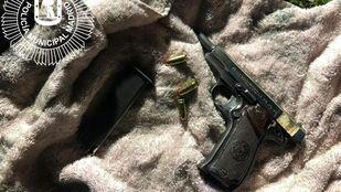 El arma de fuego fue hallada escondida en las proximidades del vehículo