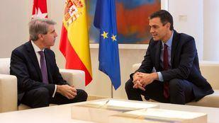 El presidente del Gobierno, Pedro Sánchez, junto al presidente de la Comunidad de Madrid, Ángel Garrido en el Palacio de la Moncloa.