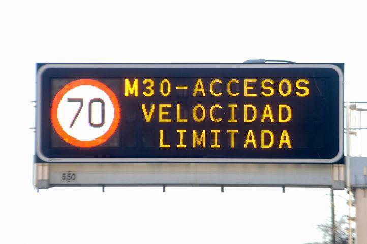 Panel de tráfico con el aviso de limitación de velocidad.