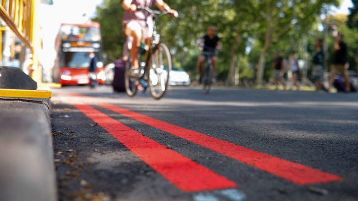 Doble linea roja pintada en la calzada para delimitar Madrid Central.