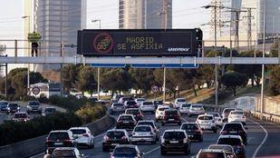 Activistas de Greenpeace despliegan una pancarta en la A-1 contra la contaminación.