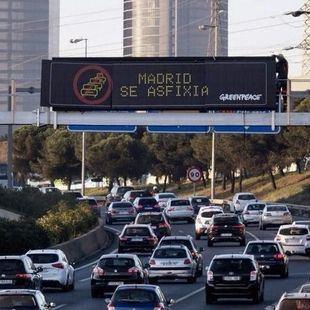 'Madrid se asfixia': Greenpeace coloca pancartas en la A-1