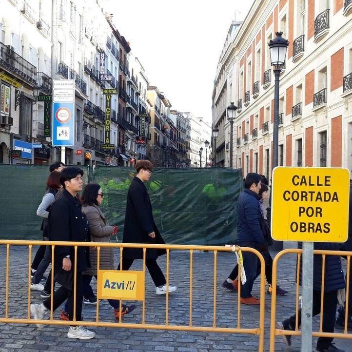 La calle Carretas, cortada para instalar más bancos y el servicio de BiciMad.