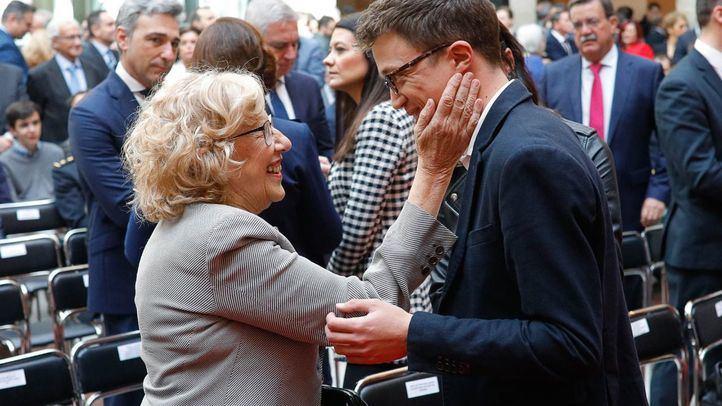 La alcaldesa de Madrid, Manuela Carmena, saluda al posible candidato a la Comunidad de Madrid por Podemos, Íñigo Errejón.