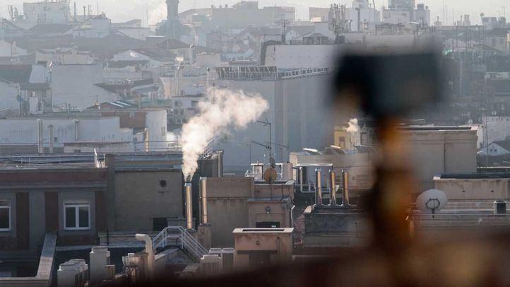Cielo con contaminación por dióxido de nitrógeno (NO2) en Madrid. Las chimeneas de las calefacciones representan un porcentaje mínimo comparándolas con la contaminación producidad por los automóviles.