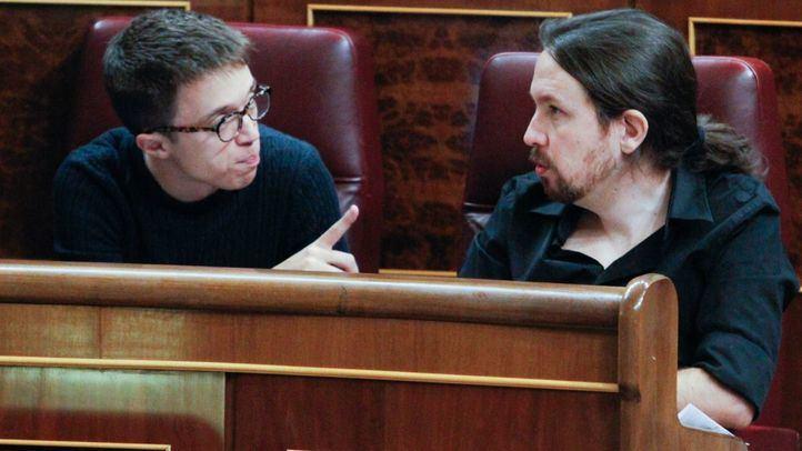Íñigo Errejón y Pablo Iglesias discuten en sus escaños del Congreso. Imagen de archivo.