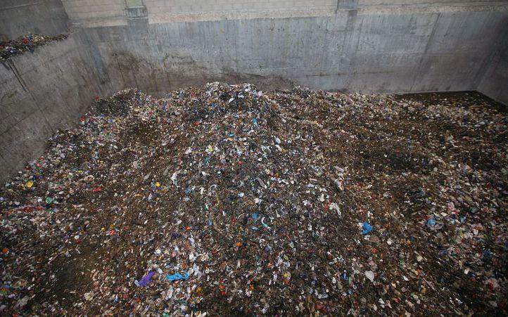Monton de basura y residuos en la planta de reciclaje de Valdemingomez