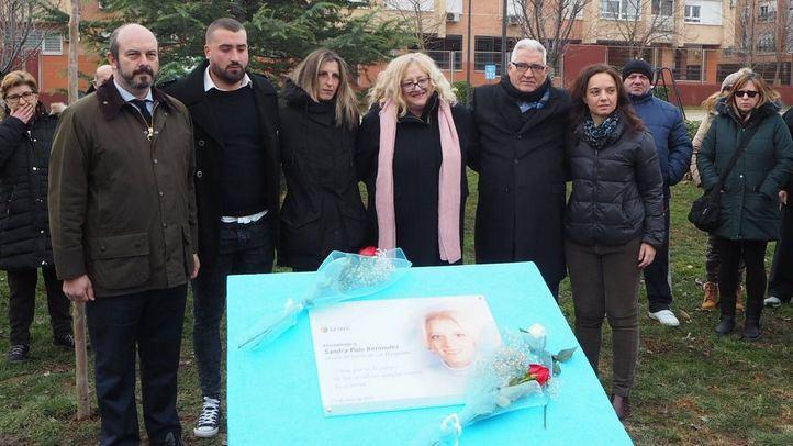 La familia de Sandra Palo ha descubierto este sábado una placa en nombre de la joven.