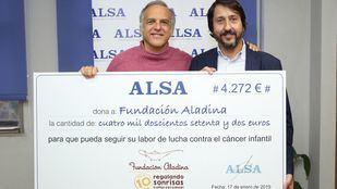 Paco Arango, presidente de la Fundación Aladina, recibe la donación de Francisco Iglesias, consejero delegado de ALSA