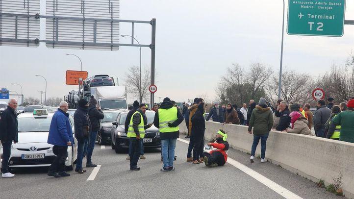 Los taxistas han cortado el tramo de la M-11 que conecta con la M-14, provocando fuertes retenciones en el entorno del aeropuerto.