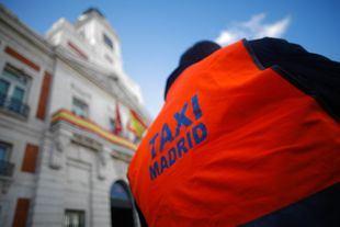 Concentración del colectivo de taxistas ante la Real Casa de Correos sede del Gobierno Regional.