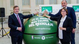 El director de marketing de Ecovidrio, Borja Martiarena; el Jefe de NBA España y de Basketball Operations en Europa, Oriente Medio y África, Chus Bueno y la Delegada del Área de Medioambiente y Movilidad del Ayuntamiento de Madrid, Inés Sabanés.