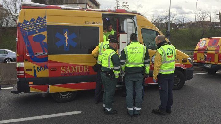 Efectivos del SAMUR y la Guardia Civil, en la A-2, donde ha sido atropellado un taxista durante las protestas.