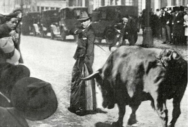 Fue Diego Mazquiarán, el 'Fortuna', el que al encontrarse al toro en la Gran Vía, decidió matarlo con el abrigo puesto.
