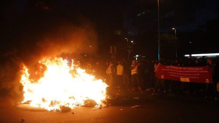 Protestas de los taxistas a las puertas de Ifema y quema de contenedores