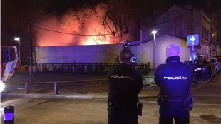 Diez dotaciones de bomberos extinguen un fuego en Vallecas