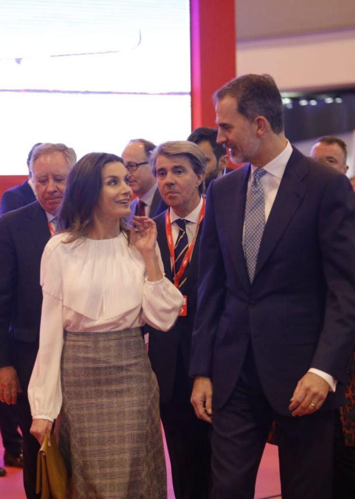 Los Reyes, Felipe y Letizia, en su visita a Fitur. La inauguración se desarrolló con normalidad pese a la protesta de los taxistas en el exterior de Ifema.