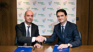 A la izda Fernando Aldecoa, de Port Aventura World y Víctor Liñero, de ECI Empresas, en el momento de la firma del acuerdo.