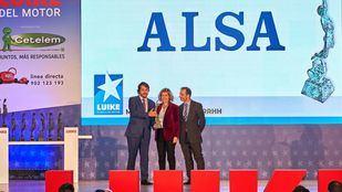 Francisco Iglesias, consejero delegado de ALSA, y Juan Antonio Esteban, director de Recursos Humanos, reciben el premio de María Sánchez-Arjona, presidenta de Fundación máshumano.