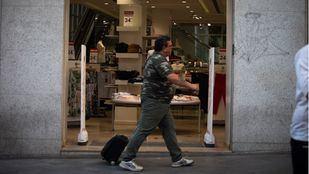 Turistas con maleta en el centro de Madrid.