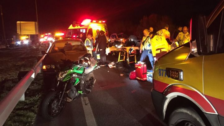 Grave un motorista al colisionar con un coche en Villaverde