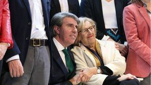 Manuela Carmena y Ángel Garrido, cogidos de la mano en el 'stand' de Madrid en Fitur.