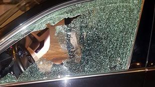 VTC con la ventanilla rota por un disparo.
