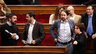 El secretario general de Podemos en la Comunidad de Madrid, Ramón Espinar, junto al líder de Izquierda Unida, Alberto Garzón, y a Pablo Iglesias