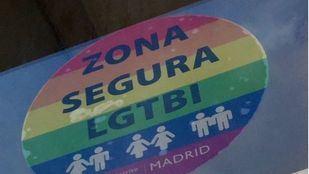 Pegatina arcoíris 'Zona Segura LGTBI'.