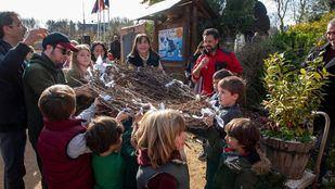 Los niños participantes del programa de voluntariado ambiental del Ayuntamiento han fabricado un nido para las cigüeñas de Pozuelo