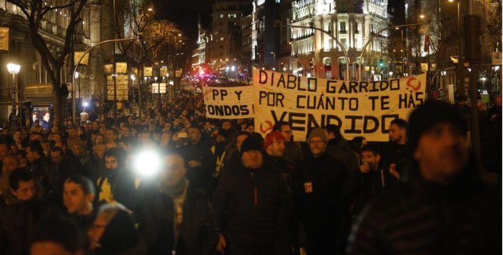 Los taxistas marchan desde la Puerta del sol hasta el Palacio de los Deportes. En la foto, bajando por la calle Alcalá hacia Cibeles.