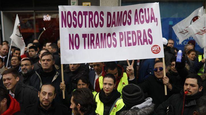 Concentración de trabajadores de VTC frente a la sede de Podemos, en la calle Princesa.