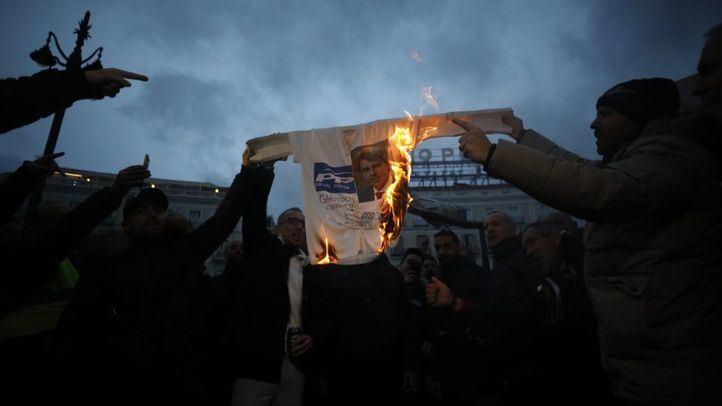 Los taxistas queman una camiseta con la imagen de Ángel Garrido frente a la Casa de Correos en Sol.