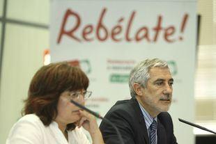 Montserrat Muñoz y Gaspar Llamazares, en una rueda de prensa conjunta cuando eran miembros de IU.