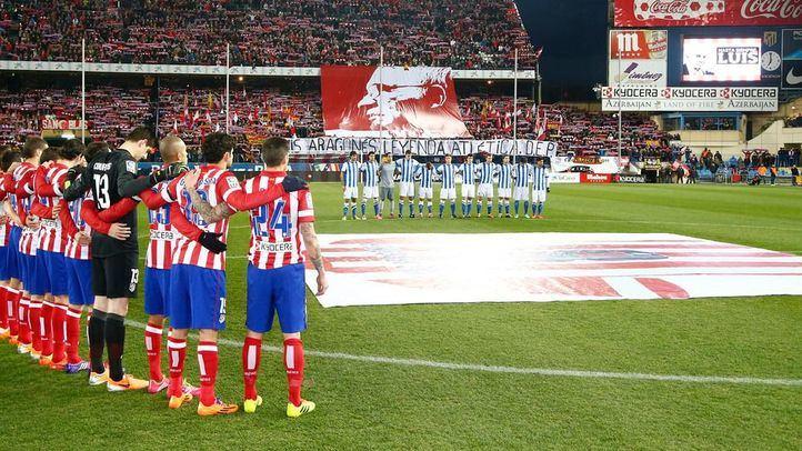 El Atlético de Madrid guarda unos minutos de silencio por la muerte de Luis Aragonés.