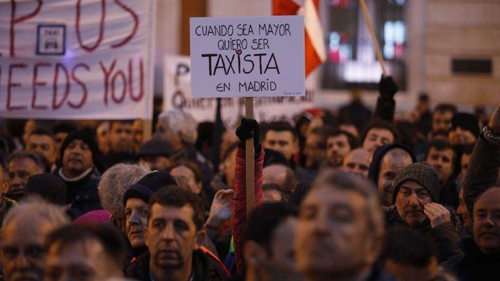 Los taxistas se concentran una tarde más en la Puerta del Sol.