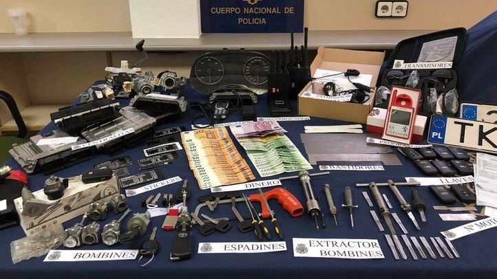 Parte del material y dinero incautado por la Policía Nacional en el registro.