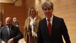 El presidente de la Comunidad de Madrid, Ángel Garrido (d), acompañado de la consejera de Transportes, Rosalía Gonzalo, y su número dos, Pedro Rollán (i), en una imagen de archivo.