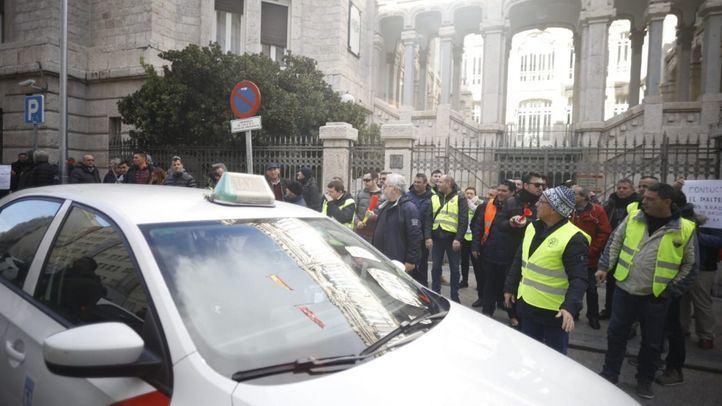 Los taxistas están gestionando con entidades bancarias una línea de microcréditos.