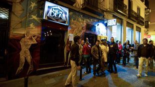 Ruido, botellón, venta ilegal de alcohol por 'lateros', colas de entrada a bares de noche.