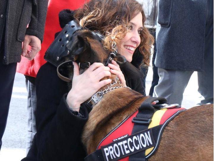 Isabel Díaz Ayuso con un perro de protección del 'Proyecto Pepo' en Sevilla la Nueva