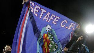 Aficionado con una bandera del Getafe.