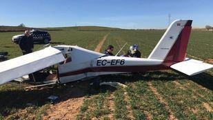 El ultraligero, seriamente dañado tras el aterrizaje en el campo.