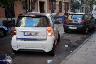 Coche de Car2Go aparcando.