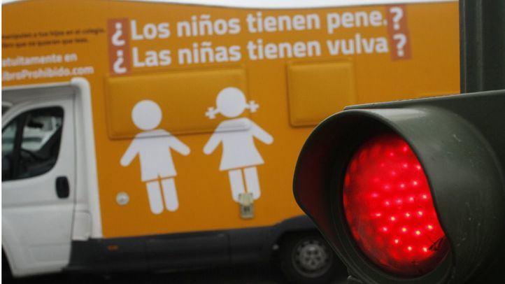 Una autocarabana con mensaje transfóbico de la ONG Hazte Oir en Cibeles se ha juntado con un autobús fletado por Arcópolis y la Sexta  con un mensaje a favor de la libertad transexual.